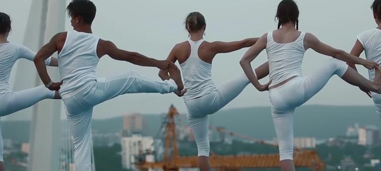 День молодёжи во Владивостоке: йога на крыше